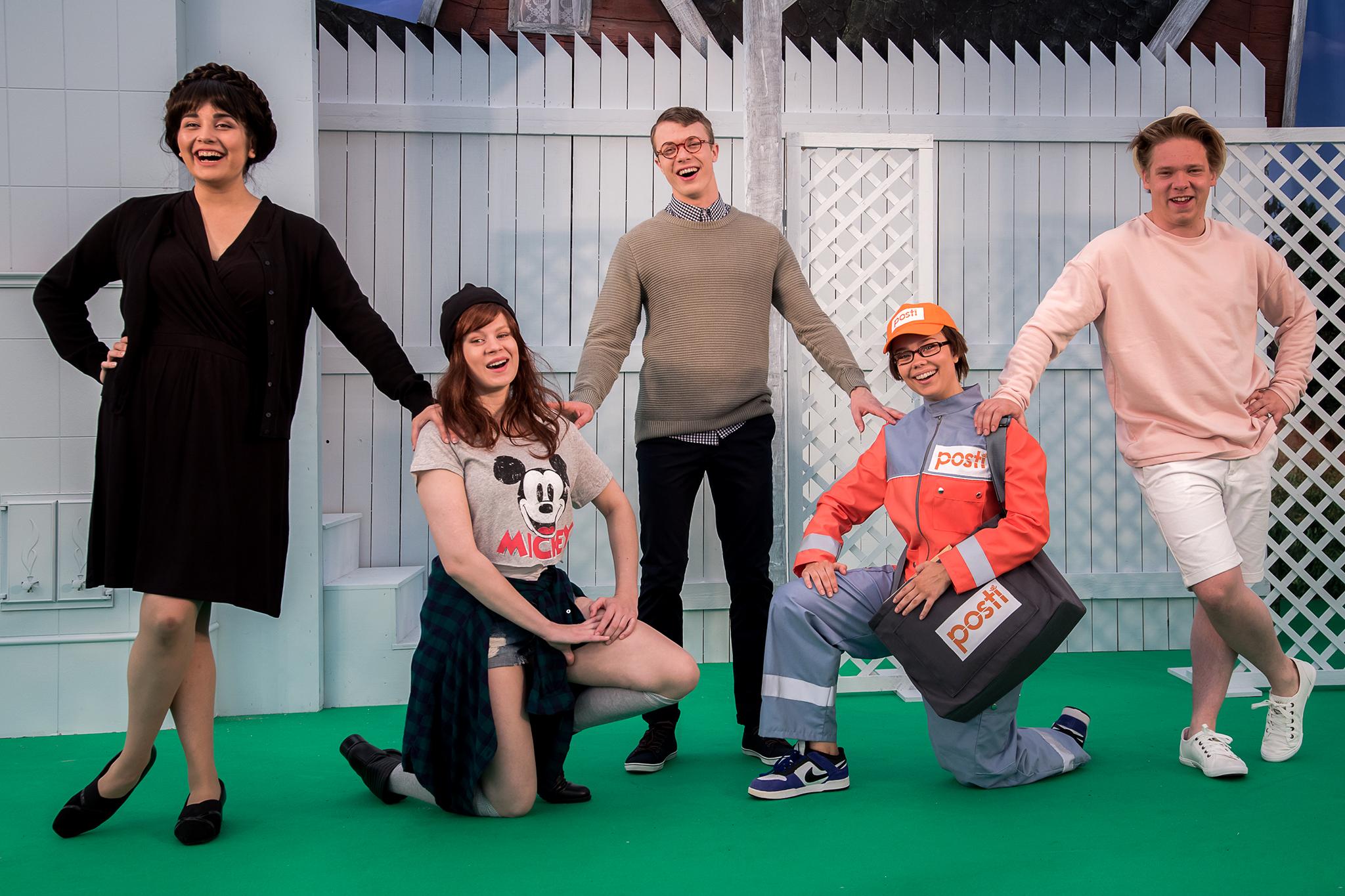 Rouva Hellström-Teppo (Esme Kaislakari), Julia (Inke Koskinen), Patrik (Arttu Soilumo), Posteljooni Lumme (Ronja Keiramo) ja Ville (Joonatan Perälä)