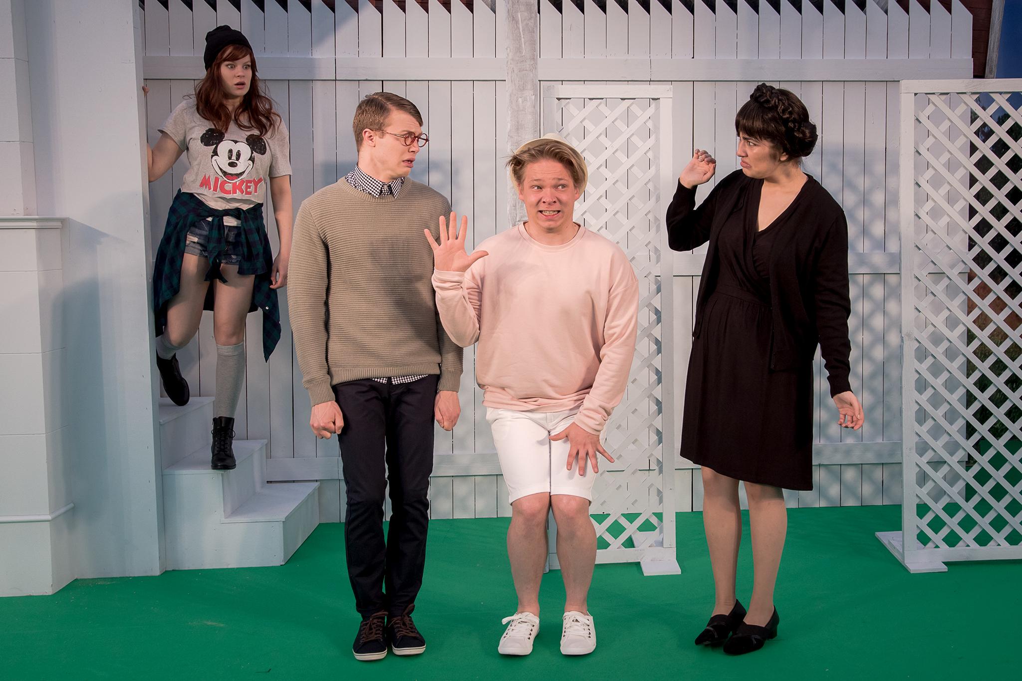 Julia (Inke Koskinen), Patrik (Arttu Soilumo), Ville (Joonatan Perälä) ja Rouva Hellström-Teppo (Esme Kaislakari)