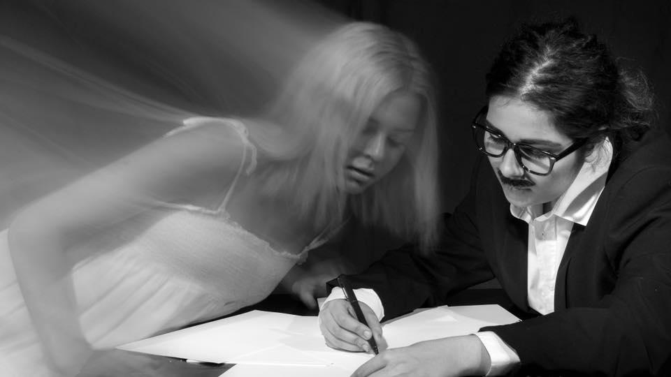 Vas. Sielu (Helka Karhu) ja Kirjailija (Esme Kaislakari) Kuva Mikko Vihervaara